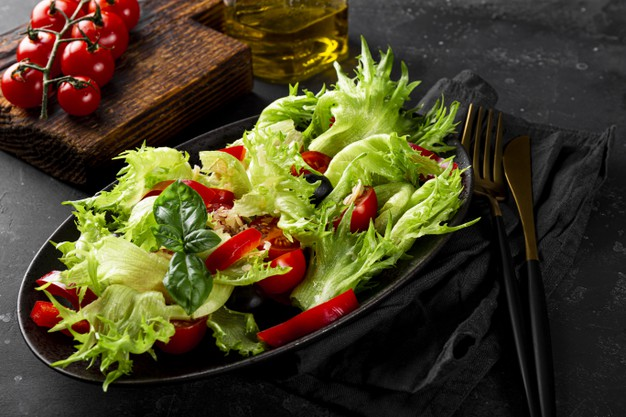E:\Articles\8 Format Articles\pictures\simple-summer-salad-lettuce-tomatoes-with-olives-olive-oil-black-plate-close-up_275899-1164.jpg